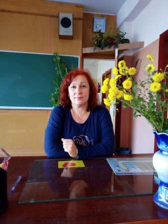 04_Пліскунова Ольга Михайлівна на своєму робочому місці у Славутицькій ЗОШ № 1