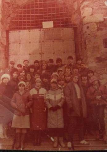 04_Пліскунова О.М. (3-й ряд, друга праворуч) з учнями 8-го класу Лисичанської школи під