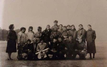 04_Світлина 2. О.М. Пліскунова (1-й ряд, третя праворуч) і студенти Артемівського