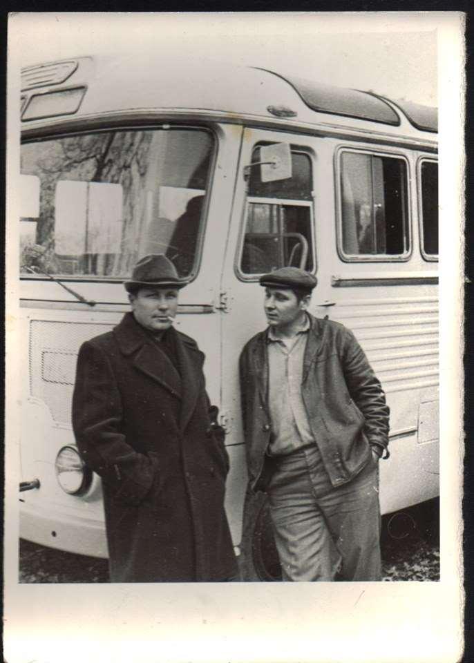 07_Співробітники (напарники) Лотоцький і Вишняков у відпочинку між рейсами, на фоні ПАЗ-652