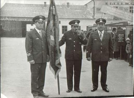07_Шикування перед травневим парадом із трудовим прапором АТК 19031