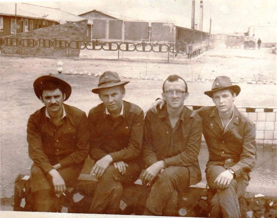 10_Груба В. І. (на фото – перший з права) разом з військовими медиками 11.04.1985р