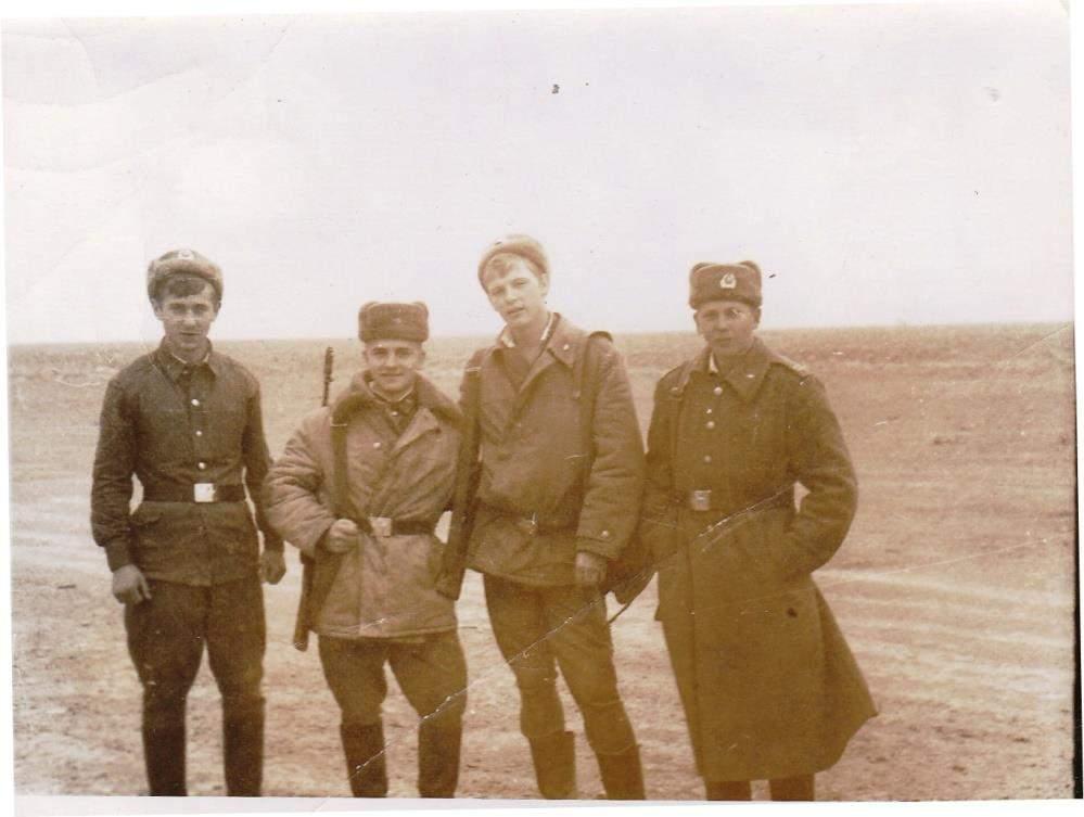 10_Груба В. І. (на фото – третій з ліва) на полігоні. Лютий 1986 р