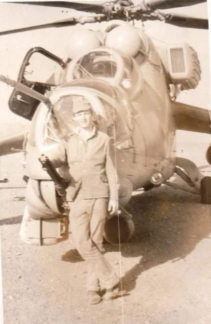 10_м. Шинданд (аеродром). Груба В. І. поруч з «бойовим товаришем» МІ-24